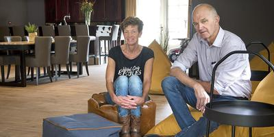 Martin en Magda Seubers in hun nieuwe groepsaccomodatie De Zwerfkei. Foto Jan Anninga