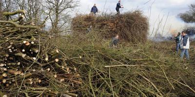Snoeihout is belangrijk voor bouwers van paasbulten, zoals in Erm. Archieffoto Henk Benting