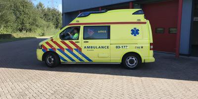 Ambulancepersoneel voert actie maar rukt wel uit, zoals deze wagen van de post Assen. Foto DvhN