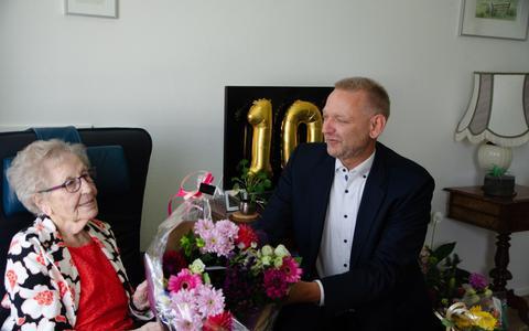 Hiltje Veninga Van Dijken krijgt bloemen van de wethouder.