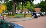 Stilstaande auto's op De Brink in Roden.