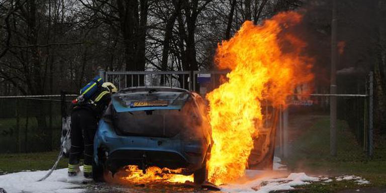 Auto brand uit in Klazienaveen. FOTO GINOPRESS B.V.