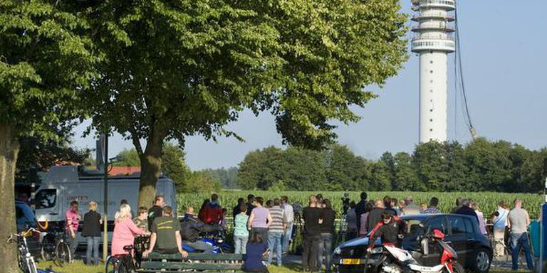 Mensen kijken naar de ingestorte zendmast in Hoogersmilde. Foto: Archief Marcel Jurian de Jong