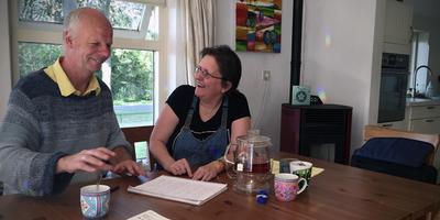 Fokke Slootstra en Ineke Arends tijdens hun beraad over de jubileumeditie.