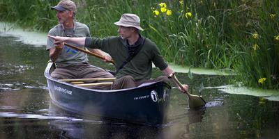 Jan Lantinga (rechts) en Tim Horneman speuren de waterkant af naar de jonge otters. FOTO HARRY TIELMAN