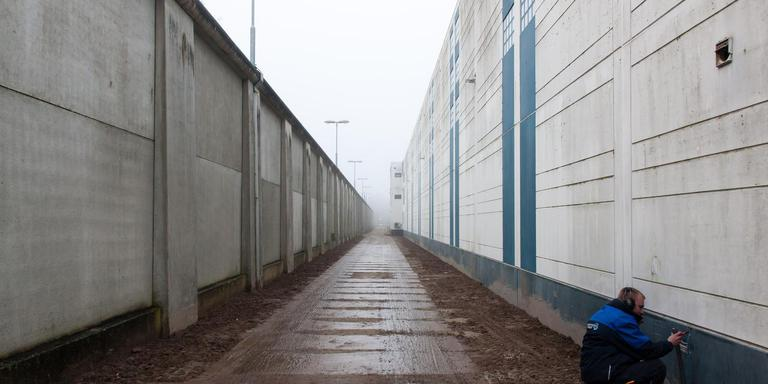De aparte entree op het azc-terrein in Hoogeveen waar de asielzoekers met gedragsproblemen gebruik van moeten maken. Foto: Gerrit Boer