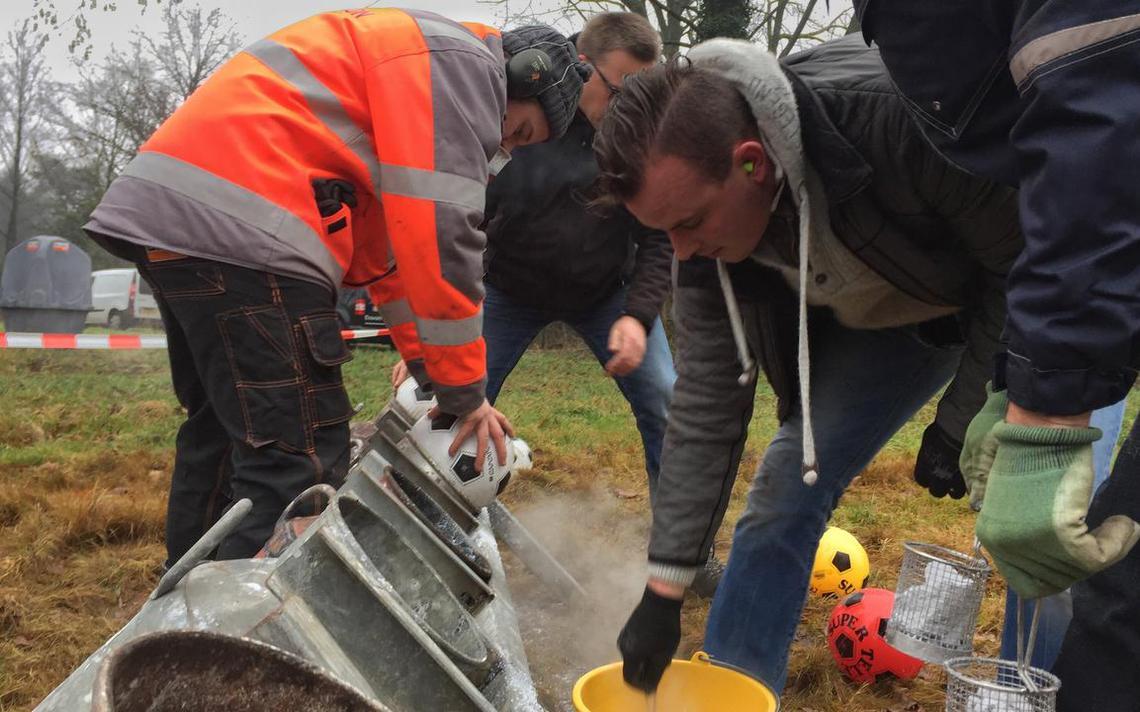 Niet lang daarna knalt het carbid op een veldje in Noordbarge - Dagblad van het Noorden