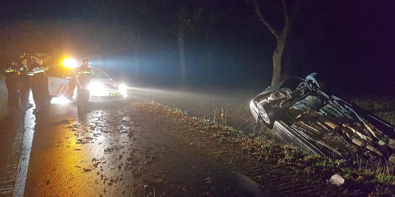 De auto eindigde in de sloot in Zeijerveen. Foto: Fotopersbureau Meter