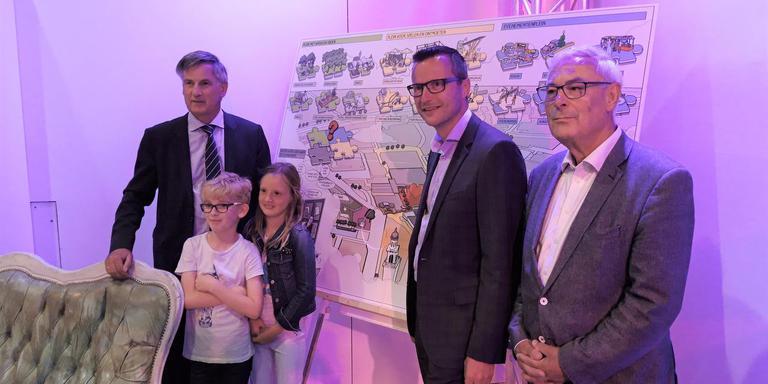 Gedeputeerde Cees Bijl, wethouder Roald Leemrijse en VIA-voorzitter Henk van Hooft (vlnr.) presenteerden vanavond in De Nieuwe Kolk de ideeën voor het nieuwe Koopmansplein. Foto DvhN.