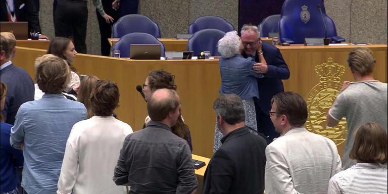 De 90-jarige moeder van Wim-Jan Renkema zoent haar zoon na zijn beëdiging als GroenLinks Kamerlid. Foto ANP