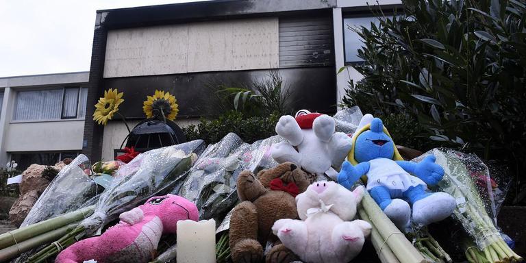 Knuffels, bloemen en kaarsjes voor de uitgebrande woning laten zien hoezeer wijkbewoners begaan zijn met het lot van de familie.