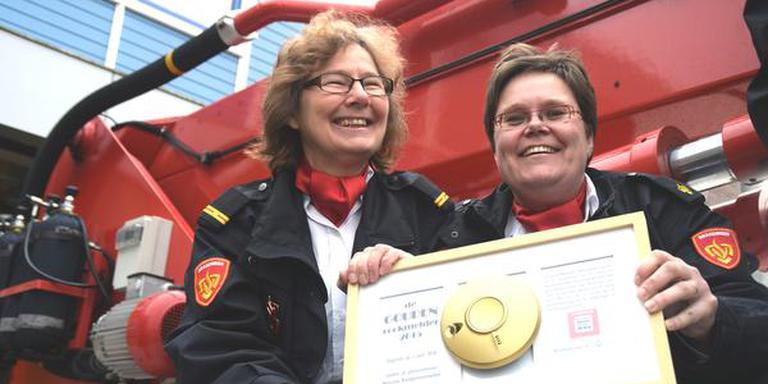 Annet Hulshof-Mourits (l) en Ingeborg van der Spoel namen de Gouden Rookmelder voor Brandweer Drenthe in ontvangst. FOTO BRANDWEER DRENTHE