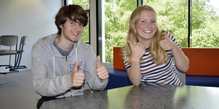 Sven Cats en Benthe Plat zijn blij dat de examens erop zitten. foto dvhn
