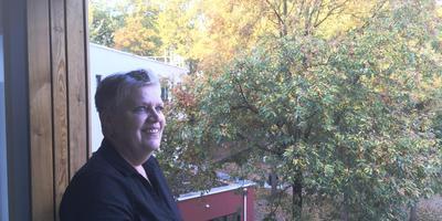 Geesje Dukker kreeg maandagochtend de sleutel van haar nieuwe woning: een appartement in het voormalige Emmer arbeidsbureau. Foto: DvhN