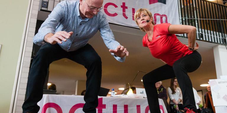 Wethouder Jan van 't Zand en Olga Commandeur zetten zorgcentrum Tonckenshuys in beweging. Foto: Gerrit Boer
