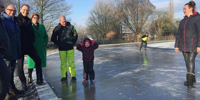 De ijsbaan van Nieuw-Buinen toen er sprake was van ijspret. Van links naar rechts ijsmeester Van der Schoot, burgemeester Jan Seton en wethouder Nynke Houwing.