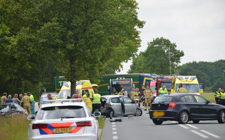 N372 bij Roderweg in Roden afgesloten na ongeval met meerdere autos.