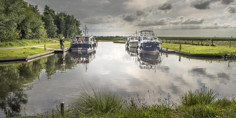 Duizenden pleziervaartuigen komen jaarlijks door het kanaal in Annerveenschekanaal. Nu kunnen ze aanmeren en overnachten in het dorpje. Foto Boudewijn Benting