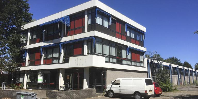 Dit voormalige postsorteercentrum aan de Weerdingerstraat zou een daklozenopvang van het Leger des Heils moeten worden. FOTO DVHN