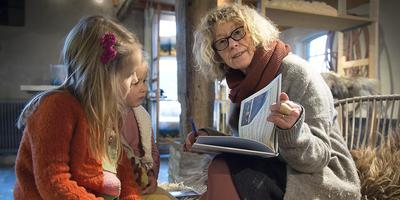 De Vlaamse Myriam Roelandt leest Bay (5) en Enya (3) Groenewege voor uit haar nieuwste boek 'Lex, de schaapherder'