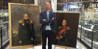 Johan Zielstra in het Marinemuseum in Leningrad met twee schilderijen van Lodewijk van Heiden, alias Berend Botje.