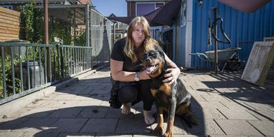 Monika Eefting met de enige hond die ze nog thuis heeft, een pup. Dit dier zat dinsdagmiddag apart in een kennel en was niet bij de gebeurtenissen in de achtertuin betrokken.