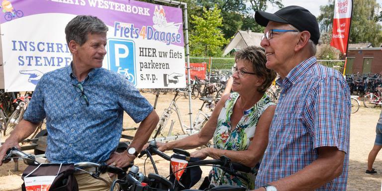 """Peeter en Lianne Meesters uit het Brabantse Huibergen fietsen Vierdaagses in het hele land. Voor de derde keer doen ze mee aan de Drentse editie en ze zijn razend enthousiast. Jan Broertjes neemt de complimenten in Westerbork lachend in ontvangst. Peeter Meesters: ,,Het is een feestje!"""" Foto Gerrit Boer"""