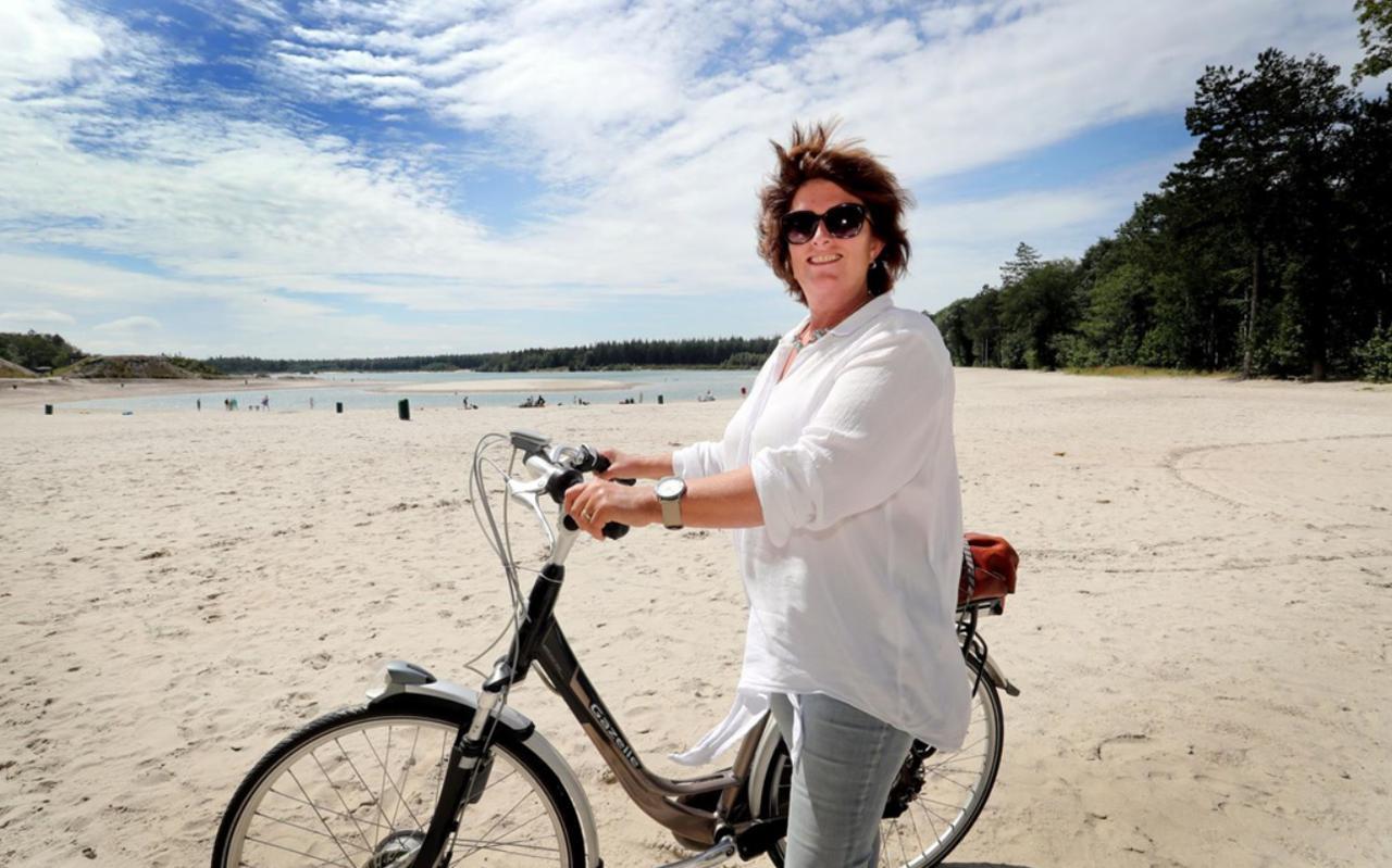 Carolien Pepping fietst nara 't nije hemelriek. ,,Het is hier zo relaxed en midden in het bos. Je kunt hier prachtig wandelen en fietsen. Foto: Harry Tielman