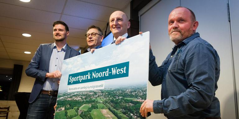 Erjen Derks van V.V. Beilen, Lambert Hoving van Stichting Sportpark Noord-West, sportwethouder Gerard Lohuis en Johan Boer van c.v.v. Fit Boys zetten hun handtekeningen onder de overeenkomst.