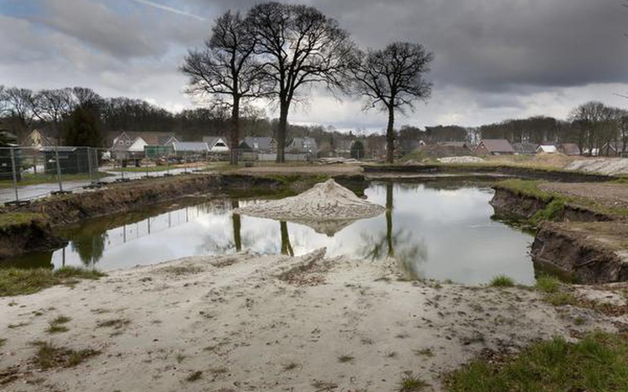 'De haven Westerbork', een met water volgelopen gat waar 48 zorgwoningen zouden worden gebouwd. FOTO GERRIT BOER