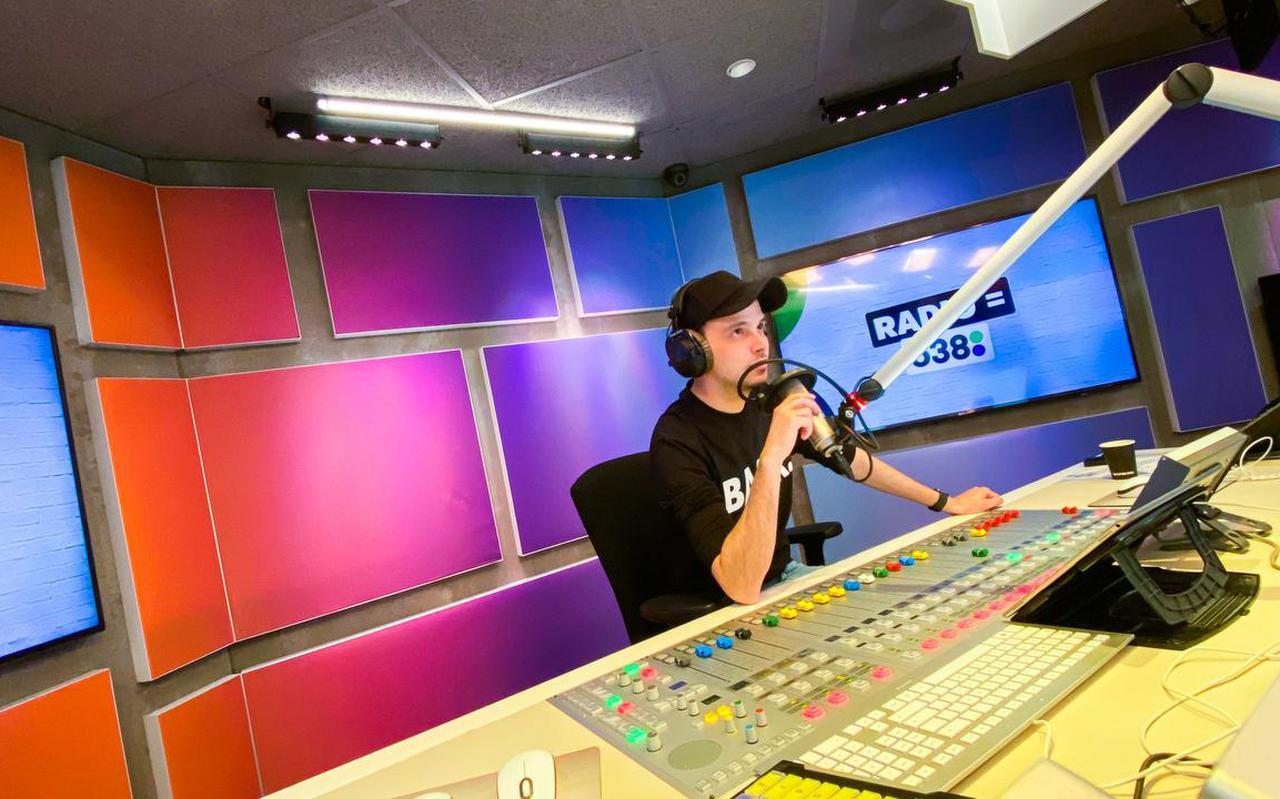 Danny Blom in de studio van Radio 538.