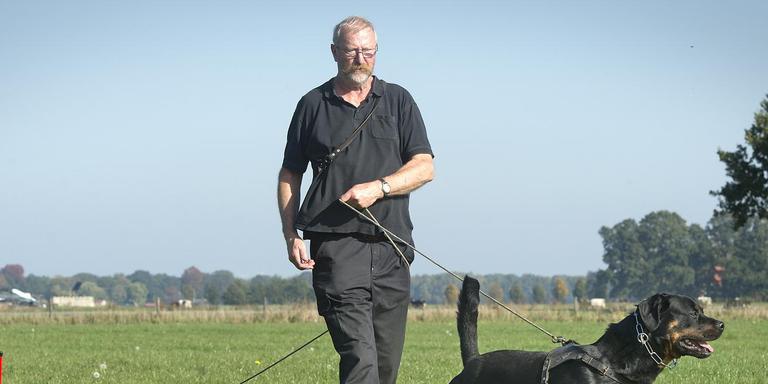 Arie Stam - hier met zijn rottweiler Amboss - gaat het spoor voor het NK uitzetten.