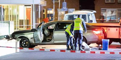 In en bij de auto trof de politie donderdagavond twee zwaar gewonde mannen aan. In de omgeving werd een tweede verdachte aangehouden. Foto archief De Vries Media