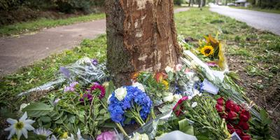 Op plaats van het dodelijk ongeval aan de Lonerstraat in Assen liggen veel bloemen. Foto Marcel Jurian de Jong