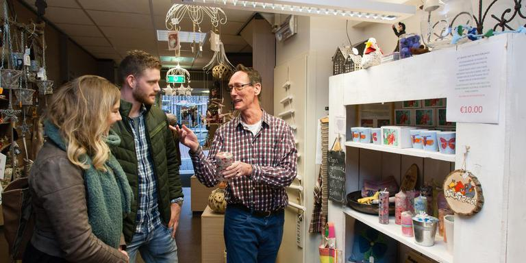 Erwin Möhlman (rechts) staat nog tot 15 december klanten te woord in Visio-cadeaushop De Koker. Foto DvhN/Gerrit Boer