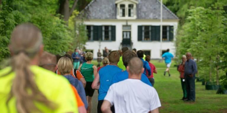 Deelnemers aan de Kolonieloop passeren Huis Westerbeek in Frederiksoord. FOTO ARCHIEF DVHN