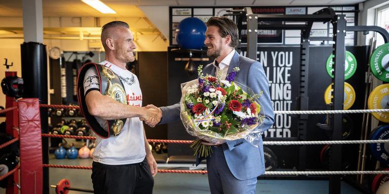 Ruim een maand na zijn gewonnen titelgevecht werd bokser Ben Tingen (l) toch gehuldigd door wethouder Erjan Derks van Midden-Drenthe. Foto Jaspar Moulijn