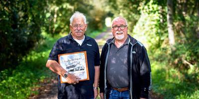 Joris Smits (links) en Harrie Bakker maakten samen een boek over de turftransporten via vrachtwagens. Foto Jilmer Postma