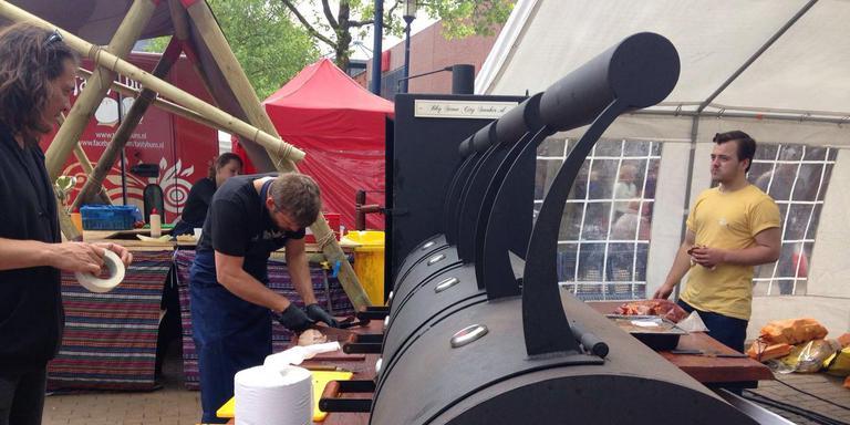 Bij de barbecue in de vorm van een locomotief wordt vlees gerookt. FOTO DVHN/NICOLE ALDERSHOF