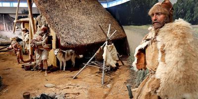 Een Neanderthalergezin in zijn hut. Als bezoeker kun je ze bijna aanraken. Foto's: Harry Tielman