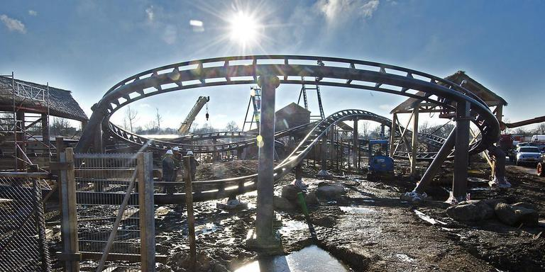 De achtbaan in aanbouw. Foto: Jan Anninga