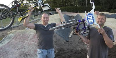 Raimon de Roo (links) en Mark Smit bij de pumptrackbaan in aanleg in Veenoord. Foto: Jan Anninga