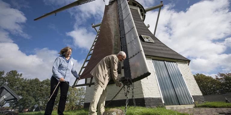 Petra Timmenga en Henk Wilms bij de molen zonder molenaar. Foto JASPAR MOULIJN