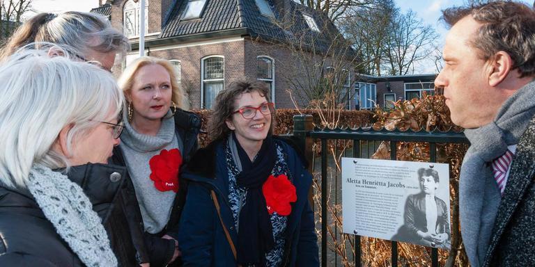 Wethouder Erik Giethoorn heeft de plaquette voor Alleta Jacobs onthuld. Foto: Gerrit Boer