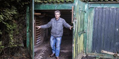 Henk Vierhouten demonstreert hoe dieven zijn tractor stalen. FOTO MARCEL JURIAN DE JONG