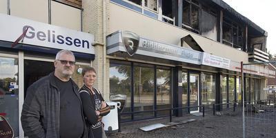 Willem en Margret Gelissen voor hun door brand verwoeste appartement. Daaronder is hun fietsenzaak gevestigd. Foto: Jan Anninga
