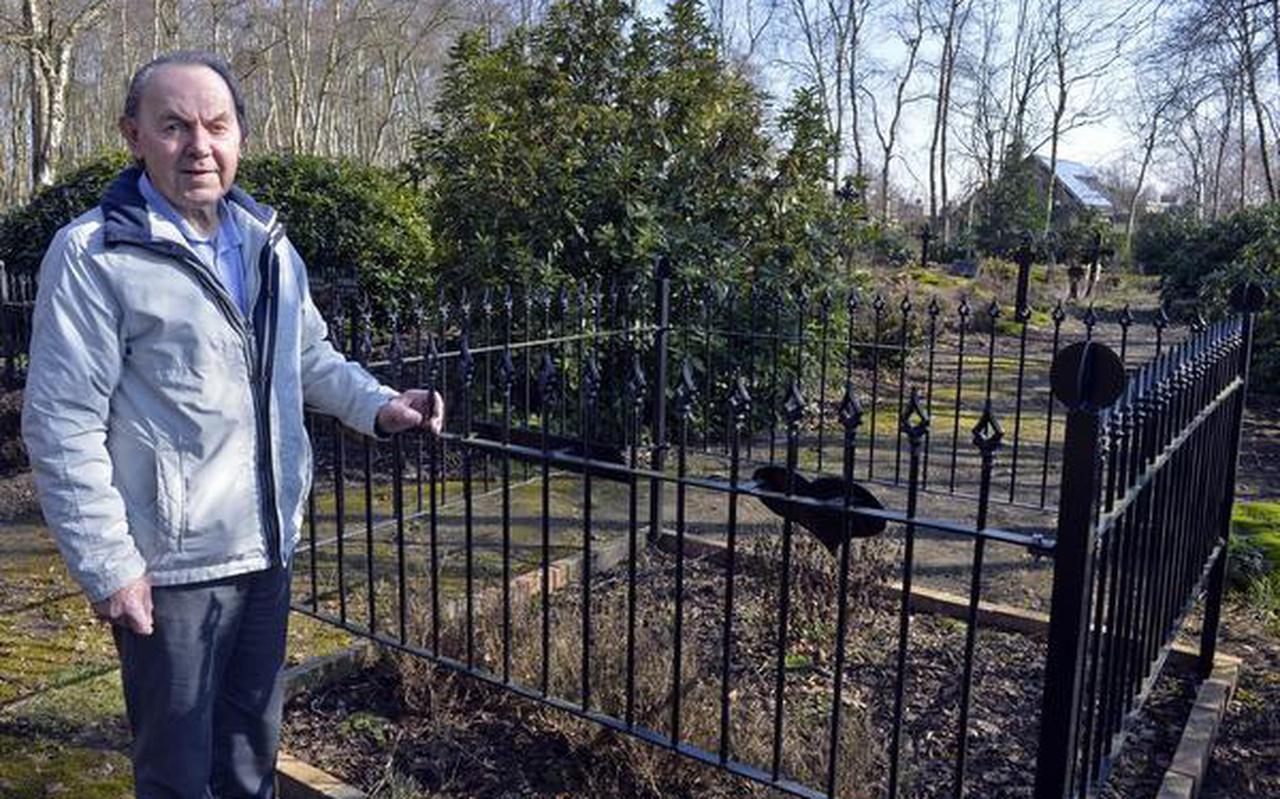 Karel Louwes bij het graf van zijn vader en zusjes. FOTO BOUDEWIJN BENTING