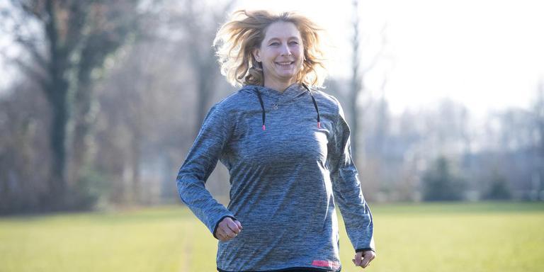 Anita Eleveld is weer volop aan het hardlopen. ,,Ik merk wel dat mijn lichaam zwakker is geworden.'' Foto: Marcel J. de Jong