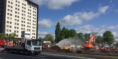 Bij de bouwwerkzaamheden rondom het station in Assen raakte een leiding beschadigd, waarna een gaslek ontstond. FOTO DVHN/HILBRAND POLMAN