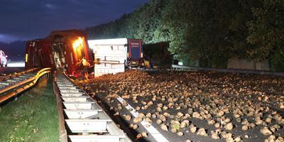 De A28 bij Assen is na een ongeluk in beide richtingen afgesloten. Dit zal tot 16.00 uur zo blijven meldt de ANWB. Foto: De Vries Media